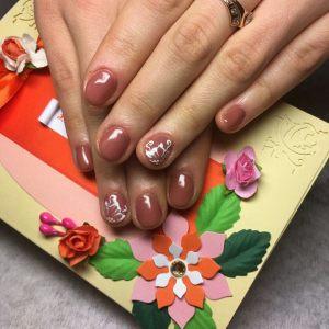 В погоне за длинными ногтями многие даже не догадываются, что короткие ногти могут выглядеть не менее привлекательно. Цветочный принт (Уручье)